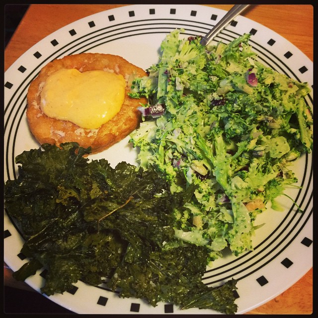 Naked salmon burger with sriracha mayo, broccoli slaw, and kale chips. #healthy