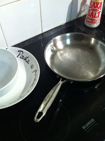 Frying pan and salad bowls